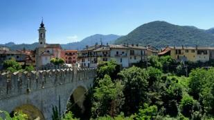 ... mit der Ponte di Diavolo