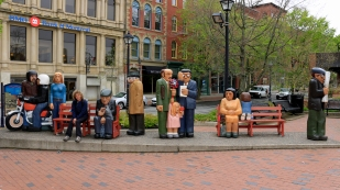 """People waiting"" von John Hooper"