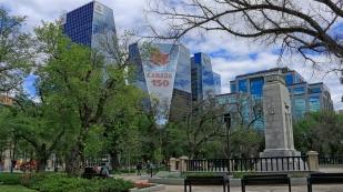 Victoria-Park mit angrenzenden Bürogebäuden