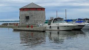...sowie der Shoal Tower im Hafen