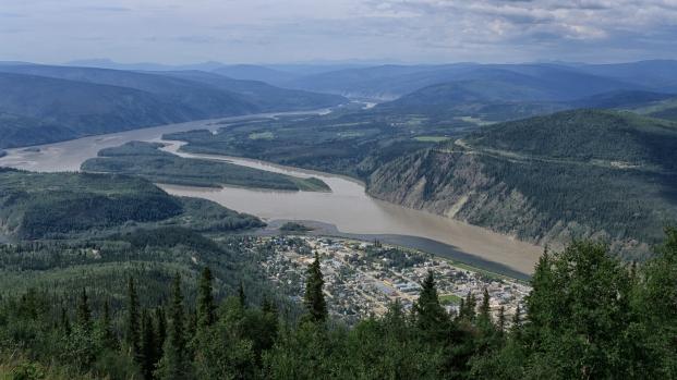 Letzter Blick auf Dawson City mit dem Yukon River (hell) und dem Klondike River (dunkel).