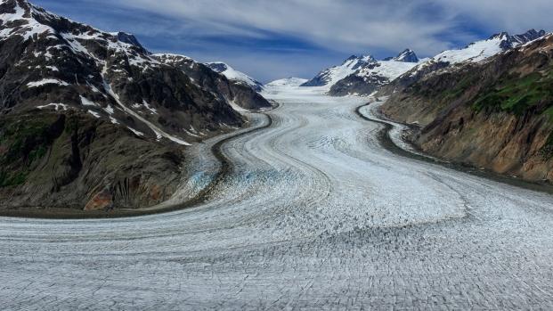 Blick von oben auf das Eis des Salmon Glaciers