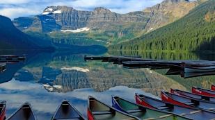 Spiegelbilder im Cameron Lake