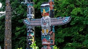 Totempfähle der indigenen Kultur