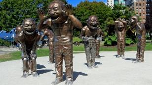 """Eigentümliche Skulptur der """"Lachenden Männer"""""""