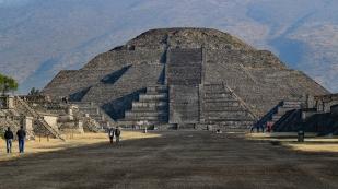 Die Mondpyramide wirkt eleganter als die Sonnenpyramide...