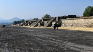 Die Calzada de los Muertos ist 2 km lang