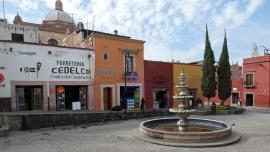 Überall verschönern kleine Springbrunnen die Plazas