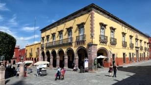 Auch hier schöne Kolonialbauten an der Hauptplaza El Jardin