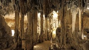 ...um die Höhle, deren Alter...