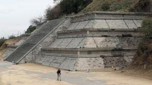 ...so auch die Westseite der Pyramide