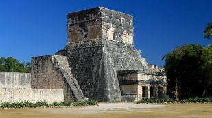 Zugang zum weltgrößten Ballspielplatz der Maya