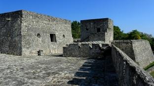 Fort oberhalb der Lagune