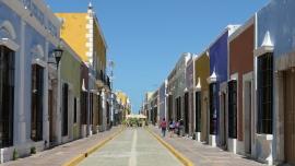 Saubere Straßen mit pastellfarbenen Häusen