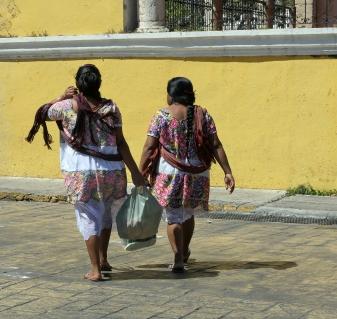 Mayafrauen bunt gekleidet