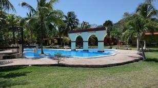 ...mit einem erfrischenden Pool...