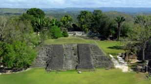 Blick über die Plaza und den Dschungel