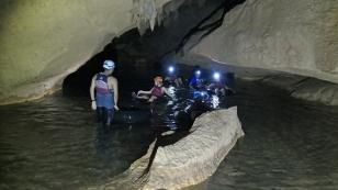 Auf dem Autoschlauch durch die Höhle