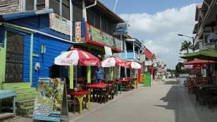 Eine Fußgängezone mit Restaurants und Tourenanbietern