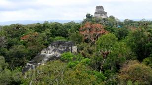 Blick von der Großen Pyramide zum Tempel IV