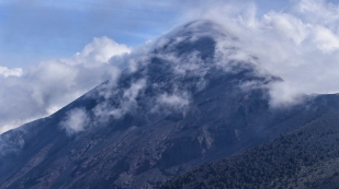 Wolken um den Volcán de Fuego