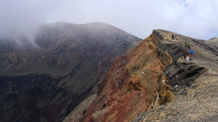 ...steilen Kraterwänden...