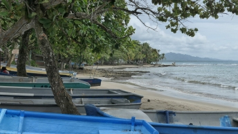 Kleine Fischerboote am Ufer