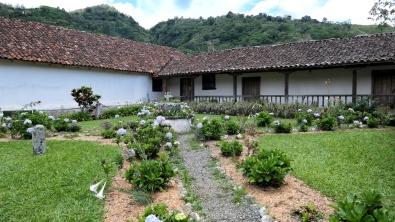 ...mit einem schönen Garten...
