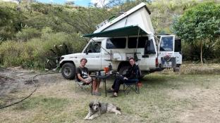 Katrin und Till sind mit ihrem Landcruiser bereits seit Juli 2016 unterwegs und nehmen sich ausgiebig Zeit zum Reisen. Sie sind in Kanada gestartet und ihr vorläufiges Ziel lautet erst einmal Kolumbien. Dann geht es zurück nach Deutschland, aber für die Beiden steht fest, dass sie in naher Zukunft wieder auf Reise gehen werden. www.hottahue.com
