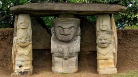 Darstellung einer Gottheit mit Tempelwächtern