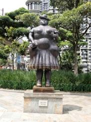 ...23 großen Bronzefiguren...