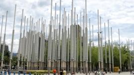 Plaza Cisneros mit 300 Lichtmasten, die bis zu 24 Meter hoch sind