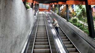 Rolltreppen erleichtern den Menschen den Aufstieg zu den hochgelegenen Stadtteilen