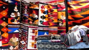 Auch farbenfrohe Wandteppiche und Decken gibt es