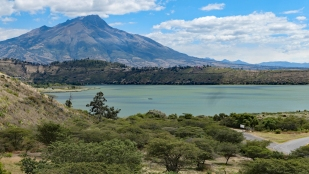 Laguna de Yahuarcocha mit dem Vulkan Imbabura