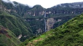 Von weitem ist der ganze Wasserfall zu sehen