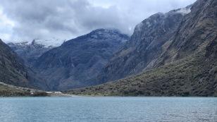 ...eingebettet zwischen hohen Bergen