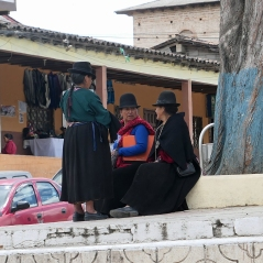 Bekleidung der Frauen mit Hüten und Plisseeröcken...