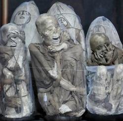 ...219 Mumien auf einem Felsvorsprung gefunden