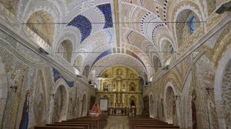 Im Inneren befinden sich Mosaikarbeiten an Decke...