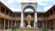 """Innenhof um die Statue """"Virgen del Rosario""""..."""