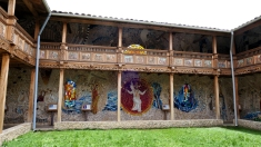 ...mit großen Mosaiken und Holzschnitzereien