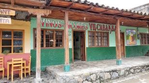 ...und kleinen Geschäften an der Plaza