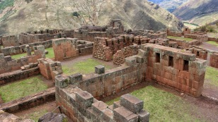 ...mit Wasserkanälen und gut erhaltenen Tempeln