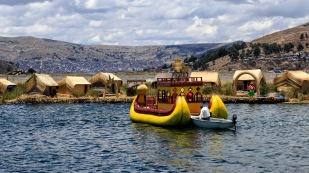 Mit dem Boot geht es über den See.