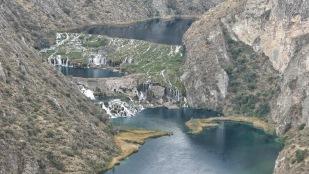 ...kleine Wasserfälle verbunden sind