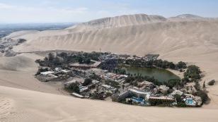 Blick auf die Wüstenstadt Huacachina