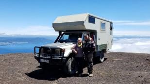 Liesel und Gebhard sind mit ihrem Landcruiser unterwegs. Nachdem sie Nordamerika bereits bereist haben, ging es nach Hause und nun sind sie wieder hier, um auch Südamerika kennenzulernen. Getroffen haben wir sie ebenfalls am Vulkan Osorno. http://www.steppenfloh.de