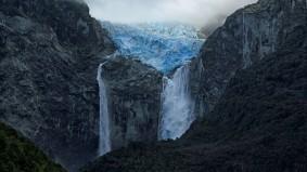 Da bricht ein Stück vom Gletscher ab.