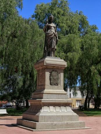 ...natürlich ein Denkmal an der Plaza